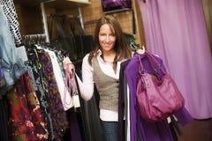 Jeune beau femme dans la mémoire de vêtements. photos stock
