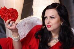 Jeune beau femme dans la robe rouge avec des ailes Photo libre de droits