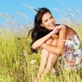 Jeune beau femme de sourire à l'extérieur photographie stock