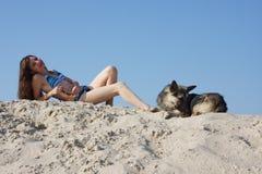 Jeune beau femme sur le sable Photos libres de droits