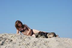 Jeune beau femme sur le sable Photo libre de droits