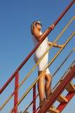 Jeune beau femme sur un ciel bleu de fond Image stock