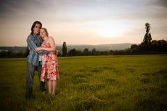Jeune beau flirt de couples en montagne image libre de droits