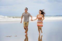 Jeune beau fonctionnement chinois asiatique de couples excité ensemble ho Photographie stock