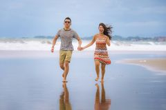 Jeune beau fonctionnement chinois asiatique de couples excité ensemble ho Images stock