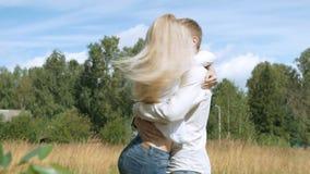 Jeune beau fonctionnement de couples pour se rencontrer Étreinte et mouvement giratoire clips vidéos