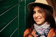 Jeune beau hippie de femme se tenant aux portes vertes dans backyar Photo libre de droits