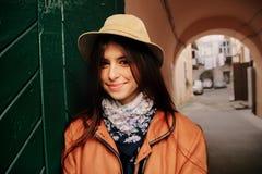 Jeune beau hippie de femme se tenant aux portes vertes dans backyar Images libres de droits