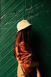 Jeune beau hippie de femme se tenant aux portes vertes dans backyar Photographie stock libre de droits