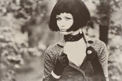 Jeune beau joli modèle sexy de dame de fille de femme avec rétro vieux de sépia de plomb de cheveux de vintage noir de coiffure â Photos libres de droits