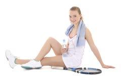 Jeune beau joueur de tennis féminin s'asseyant avec la raquette et le wat Photo stock