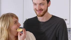 Jeune beau juste sourire marié embrassant des ajouter aux fruits clips vidéos