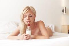 Jeune beau lait de consommation de femme images libres de droits