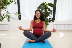 Jeune beau méditer femelle enceinte images libres de droits
