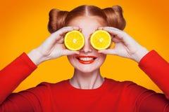 Jeune beau mannequin avec le citron Projectile de studio Images libres de droits