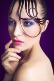 Jeune beau mannequin avec le maquillage rose et bleu et coiffure sur son visage Images stock
