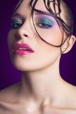 Jeune beau mannequin avec le maquillage rose et bleu et coiffure sur son visage Images libres de droits