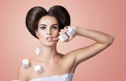 Jeune beau modèle dans une robe de papier avec les cubes volumineux photos stock