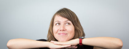 Jeune beau portrait d'expressions de visage de studio de modèle de femme gai Photo stock