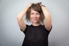 Jeune beau portrait d'expressions de visage de studio de modèle de femme gai Images stock