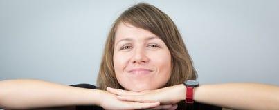 Jeune beau portrait d'expressions de visage de studio de modèle de femme gai Photographie stock libre de droits