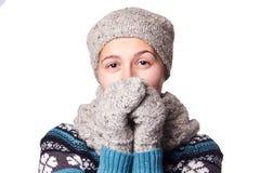 Jeune beau portrait d'hiver de fille sur le fond blanc, copyspace Photographie stock libre de droits