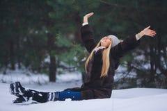 Jeune beau portrait de sourire de fille dans la forêt d'hiver Photo stock