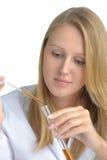 Jeune beau scientifique féminin avec le flacon Photo stock
