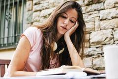 Jeune beau se reposer femelle extérieur et étudier dur photographie stock