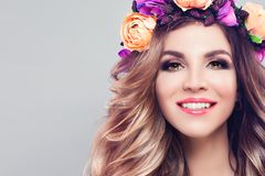 Jeune beau sourire de femme Modèle mignon image stock