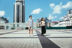 Jeune beau type avec une fille dans l'amour Images libres de droits