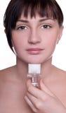 Jeune beau visage de nettoyage de femme Image stock