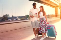 Jeune beau voyage de couples avec des valises Photo stock