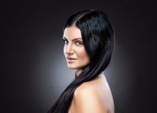 Jeune beauté avec de longs cheveux foncés Photographie stock libre de droits