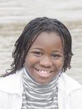 Jeune beauté d'Afro près de l'eau Images libres de droits