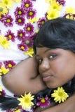 Jeune beauté et fleurs photos libres de droits