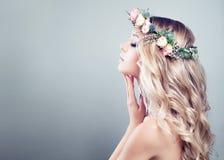 Jeune beauté Fille de station thermale avec les fleurs roses de roses Photographie stock