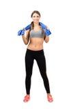 Jeune beauté magnifique de sport tenant la serviette autour de son cou photographie stock libre de droits