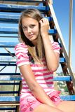 Jeune beauté sur une échelle Photo libre de droits