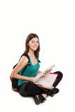 Jeune bel étudiant s'asseyant avec le livre, lisant Photographie stock libre de droits