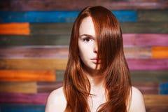 Jeune bel ado avec les cheveux rouges photo libre de droits