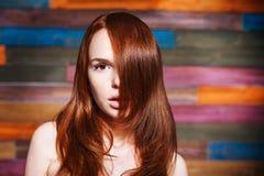 Jeune bel adolescent avec les cheveux rouges image stock