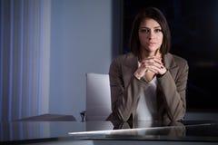 Jeune bel annonceur de télévision de brune au studio pendant la radiodiffusion vivante Directeur féminin de TV au rédacteur dans  image libre de droits