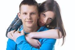Jeune bel embrassement de couples Photographie stock libre de droits