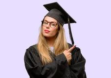 Jeune belle étudiante licenciée image stock
