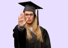 Jeune belle étudiante licenciée images libres de droits