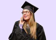 Jeune belle étudiante licenciée photo stock