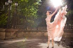 Jeune belle ballerine photographie stock libre de droits