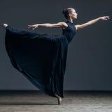 Jeune belle ballerine posant dans le studio images stock