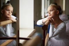 Jeune belle ballerine s'exerçant près de la fenêtre Photo libre de droits